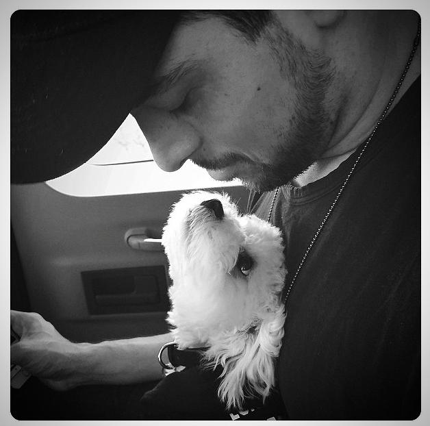Wilder Valderrama, namorado de Demi, com o cão Buddy. (Foto: Reprodução / Instagram)