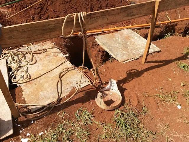 O buraco onde os cães caíram. (Foto: Reprodução / Facebook / Corpo de Bombeiros - Patos de Minas)
