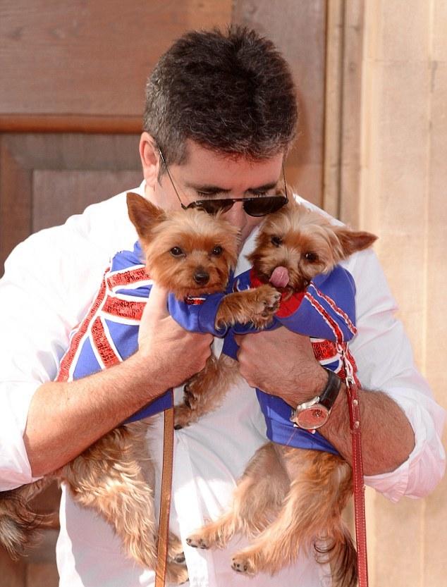 Simon com os cães Squiddly e Diddly. (Foto: Reprodução / Daily Mail UK)