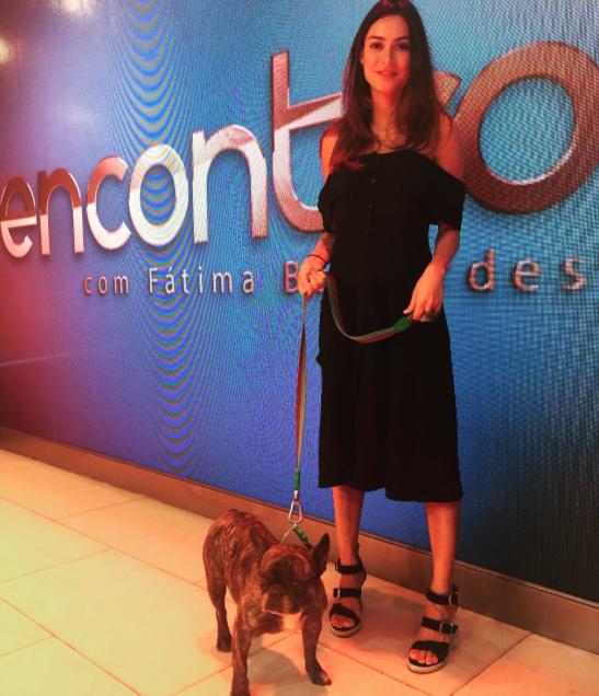 Thaila Ayala levou o cão Zacarias ao programa da Globo. (Foto: Reprodução / Instagram)