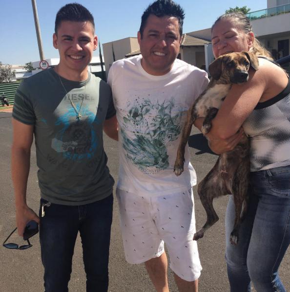 Bruno, com a família da cachorra. (Foto: Reprodução / Instagram)