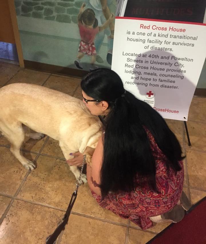 Maria Colon dando carinho para sua cachorra Yolanda. (Foto: Reprodução / Facebook / Red Paw Emergency Relief Team)
