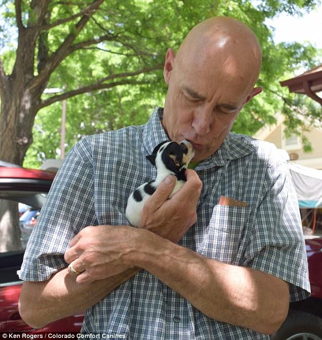 Ken Rogers com o filhote Deuce. (Foto: Reprodução / Daily Mail UK)