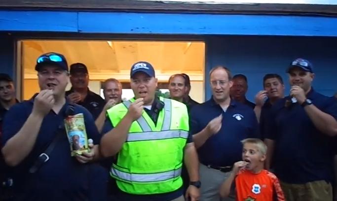 Corpo de bombeiros de Depew participando do desafio do biscoito de cachorro. (Foto: Reprodução / Youtube)
