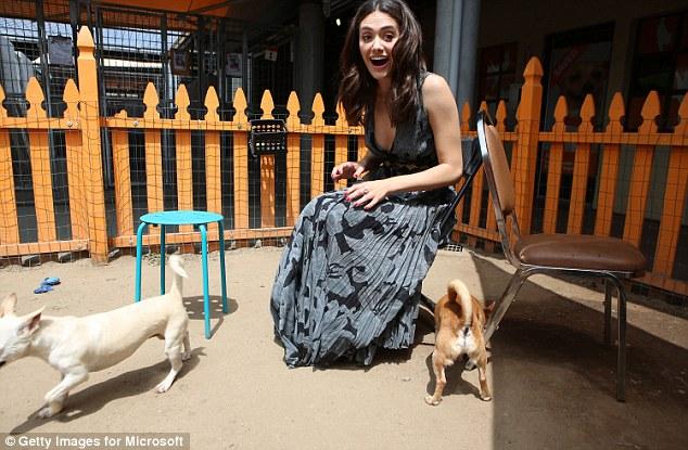 A atriz se divertiu com os animais. (Foto: Reprodução / Daily Mail UK)