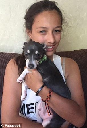 Chloe com o cão Fireman. (Foto: Reprodução / Daily Mail UK