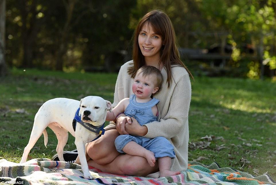 Brooke com a filha e a cachorra da família. (Foto: Reprodução / Daily Mail UK)