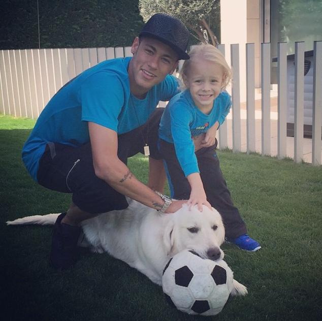 Neymar com seu filho Davi e seu cachorro Poker quatro meses atrás. (Foto: Reprodução / Instagram)