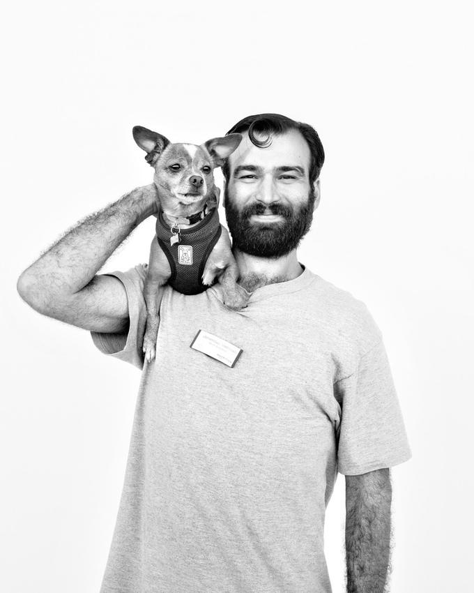 """""""Eu sou voluntário porque quero ajudar a maior comunidade de cães retribuindo um pouco do amor que meus cachorros me deram. Incentivando e tranquilizando esses animais, para que fiquem seguros, sejam amados e que exista alguma cordialidade e bondade para eles no mundo."""" Jeremiah + Picasso (Foto: Jesse Freidin)"""