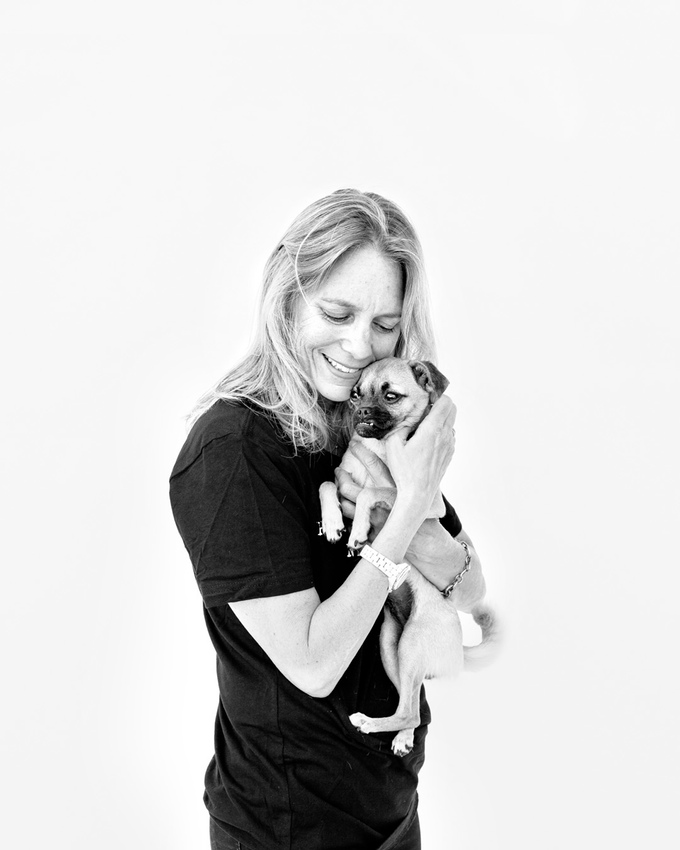 """""""Existe uma grande celebração quando um cachorro que passou diversos meses conosco é finalmente adotado. É por isso que eu continuo trabalhando como voluntária no abrigo. Eu acredito que os humanos têm a responsabilidade de cuidar desses animais que tornamos como nossos companheiros."""" (Foto: Jesse Freidin)"""