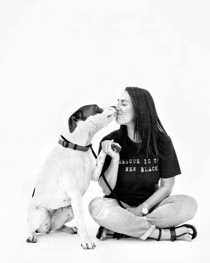 """Eu trabalhei como voluntária em um abrigo local e vi animais dóceis e perfeitamente adotáveis sendo eutanasiados. Eu senti que era minha responsabilidade ajudar a resolver essa crise,  e criei a Wags and Walks Recue - atualmente a maior ONG se resgate da nação."""" Leslie + Kona (Foto: Jesse Freidin)"""