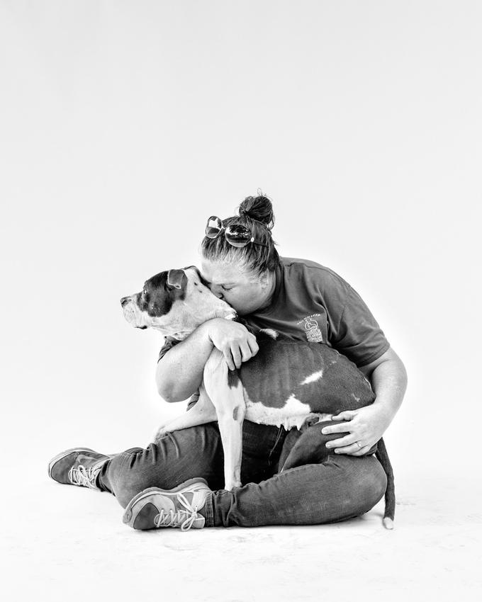 """""""Nós, como voluntários, sabemos que nem todos os pets vão encontrar um lar, mas nós nos certificamos que, durante o tempo em que esses animais ficarem no abrigo, serão amados e receberão carinho. Animais de abrigos merecem encontrar uma família definitiva, e eu sou voluntária para fazer com que isso aconteça."""" (Foto: Jesse Freidin)"""