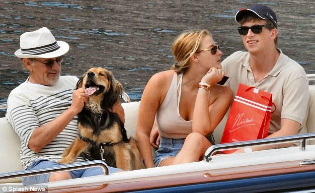 Steven Spielberg levou seu cão para o passeio de barco. (Foto: Reprodução / Daily Mail UK)