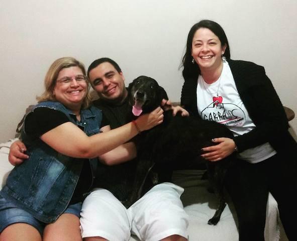 O cachorro Neguinho com sua nova família. (Foto: Reprodução / Facebook / G.A.R.R.A.)