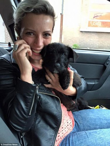 O cão Brady com Aime Sands. (Foto: Reprodução / Daily Mail UK)