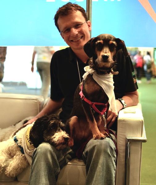 Alexandre Rossi e seus cães Estopinha e Barthô estiveram no estande da Cão Cidadão. (Foto: Karina Sakita)