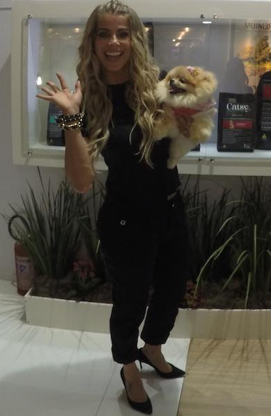Karina Bacchi com sua cachorra Fóff. (Foto: Fabricio Ladeira)