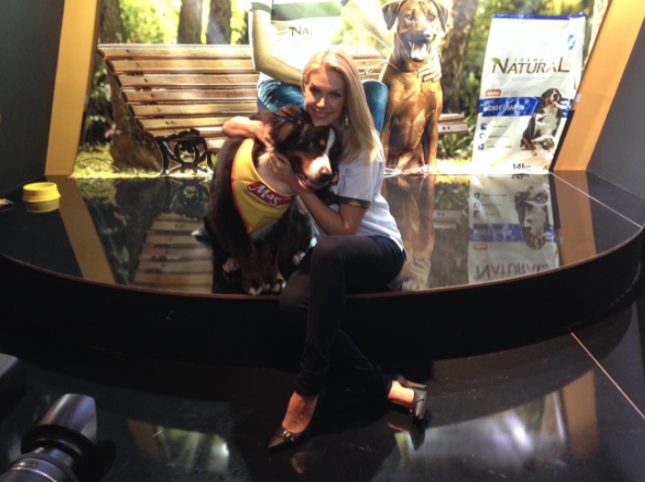 Ana Hickmann com o cão propaganda da Magnus. (Foto: Reprodução / Instagram / Fórmula Natural)