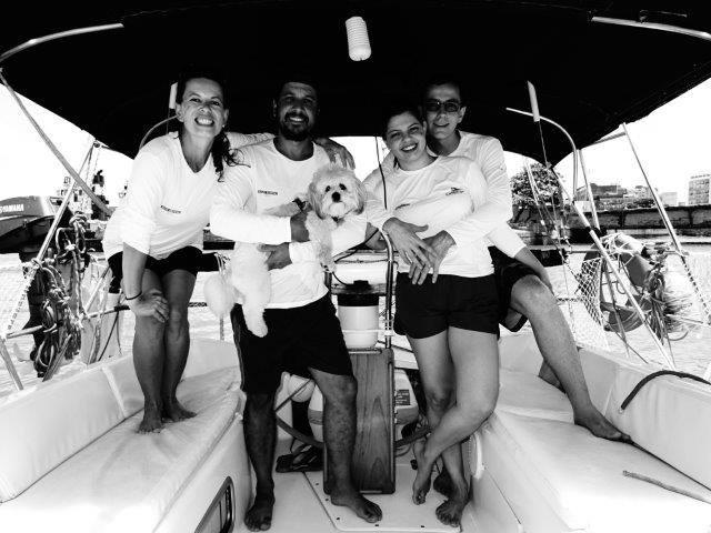 O cachorro Choppinho pronto para partir para Fernando de Noronha com seus companheiros no barco Andante. (Foto: Reprodução / Facebook / Paula Lamberti)