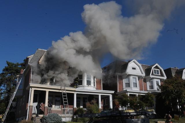 Os bombeiros foram chamados para acabar com o incêndio. (Foto: Reprodução / Twitter / The Times Herald)