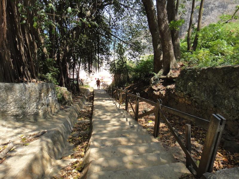 Escada que dá acesso à praia. (Foto: Karina Sakita)