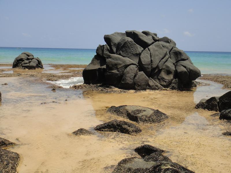 Quando a maré está baixa, piscinas naturais se formam. (Foto: Karina Sakita)