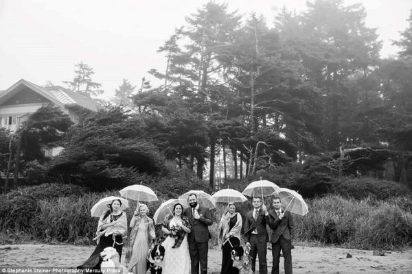 Na sessão de fotos com o casal e os padrinhos. (Foto: Reprodução / Daily Mail UK)