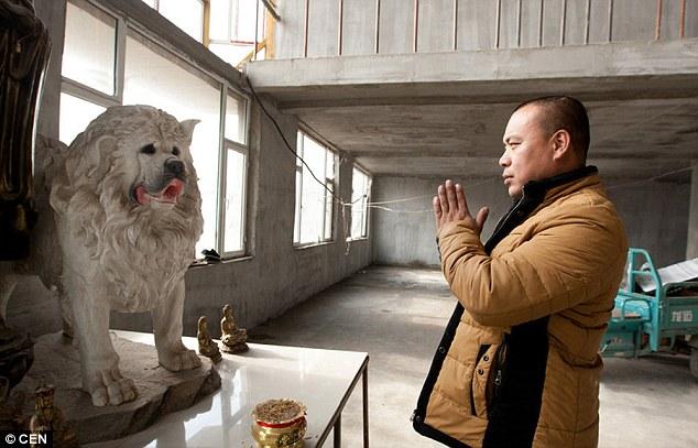 O chinês tem uma estátua do seu cão desaparecido.  (Foto: Reprodução / Daily Mail UK)