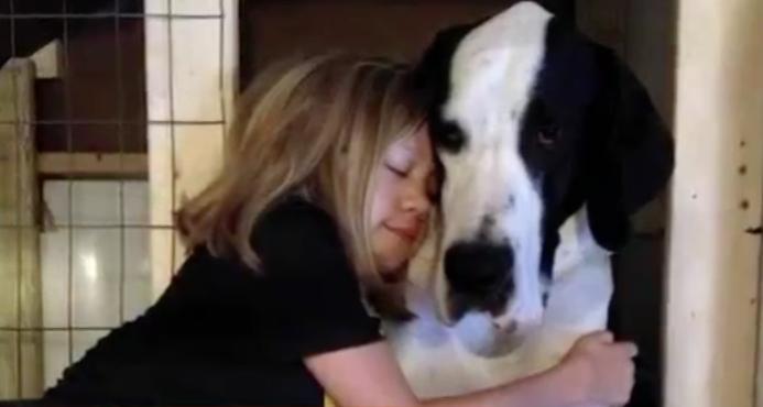 Bella Burton com seu cão George. (Foto: Reprodução / Youtube / news)
