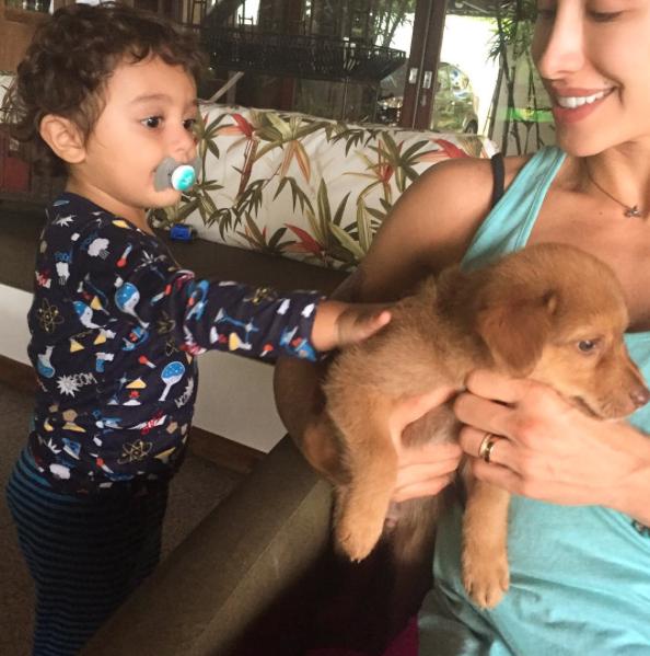Jaque Khury com seu filho Gael e o cachorro Chico. (Foto: Reprodução / Instagram)