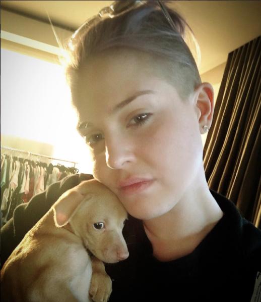 Kelly Osbourne com a cachorrinha que resgatou. (Foto: Reprodução / Instagram)