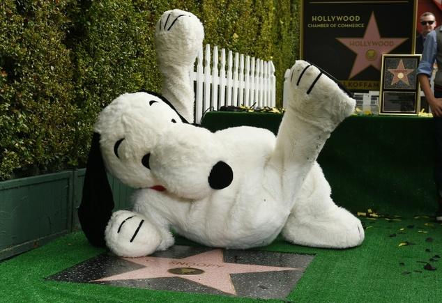 Snoopy e sua estrela na calçada da fama. (Foto: Reprodução / Daily Mail UK)