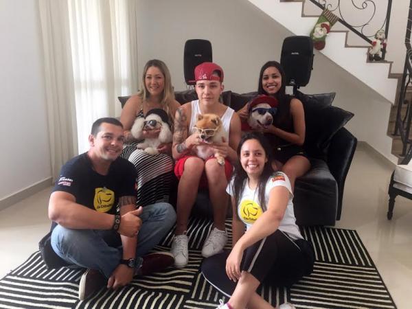 Mc Gui e sua família com a equipe da Cão Cidadão. (Foto: Divulgação)