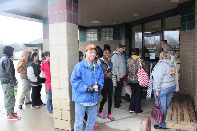Pessoas aguardando para adotar um animal durante a Black Friday. (Foto: Reprodução / Facebook)