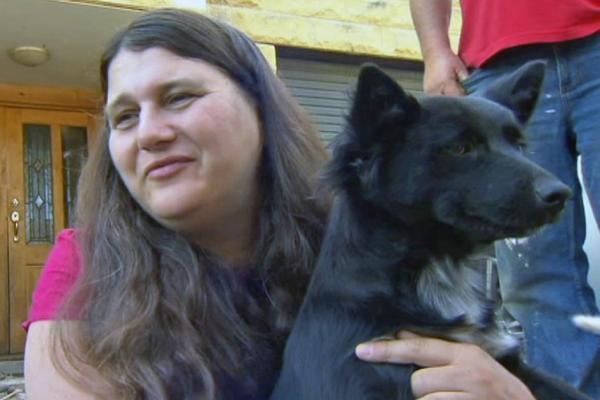 Vera Cook, avó de Sophia, com a cachorra Poppy. (Foto: Reprodução / ABC)
