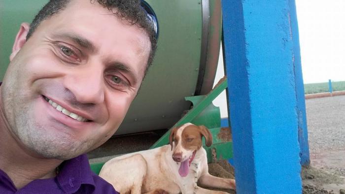 Carlos Corujinha adotou o cão, que recebeu o nome de Neny. (Foto: Reprodução / Facebook / Carlos Corujinha)
