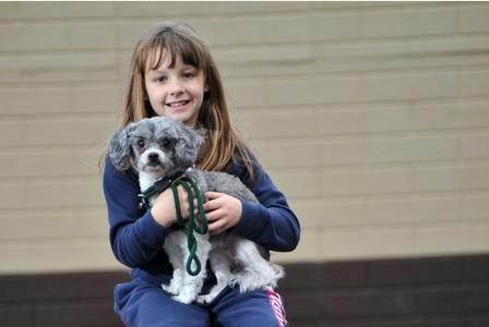 A garota com um cachorro do abrigo. (Foto: Reprodução / Bark Post)