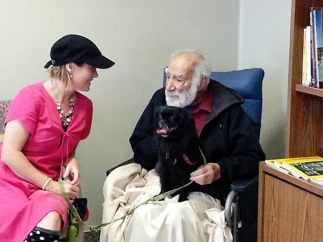 Paciente recebendo a visita de seu cachorro no Juravinski Hospital. (Foto: Reprodução / Zachary's Paws for Healing)