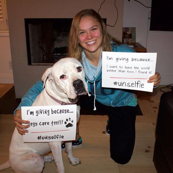 Foto antiga de Ronda Rousey com seu cachorro Mochi, quando participaram de uma campanha de incentivo à doações para ONGs. (Foto: Reprodução / Facebook)