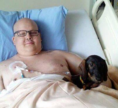 Zachary com seu cachorro. (Foto: Reprodução / Zachary's Paws for Healing)