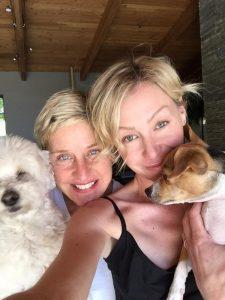 Ellen DeGeneres e Portia de Rossi com seus dois outros cachorros, Augie e Wolf. (Foto: Reprodução / Instagram)