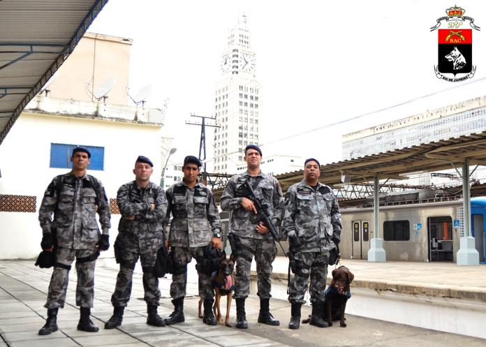 Equipe de treinamento de Faro de explosivos. Equipe de treinamento de Faro de explosivos.