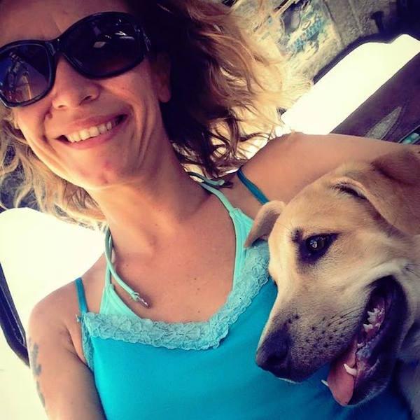 Emmy Karnót se apaixonou pelo cão Buddy. (Foto: Reprodução / Facebook)