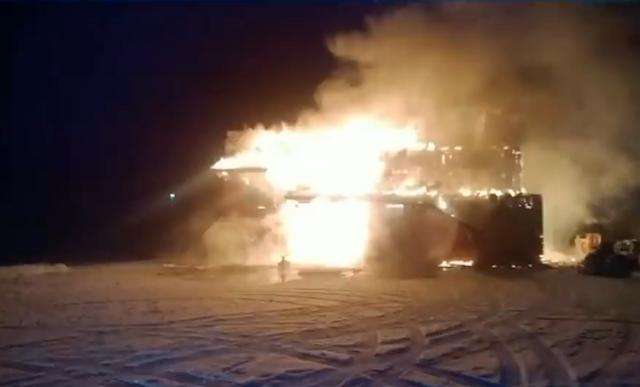 As chamas tomaram conta da casa. (Foto: Reprodução / Youtube / CTV News)