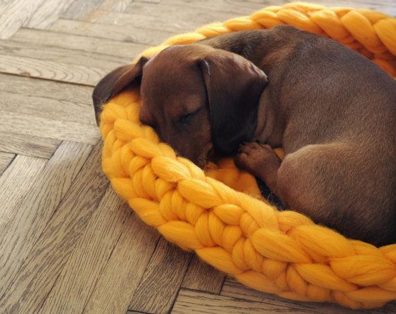 Caminha de cachorro de tricô. (Foto: Divulgação / Etsy)
