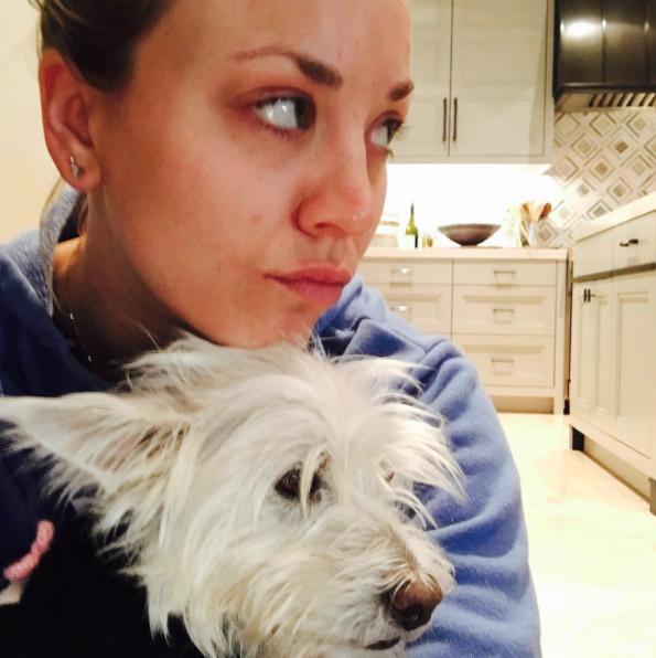 Kaley Cuoco com o cão Chester. (Foto: Reprodução / Instagram)