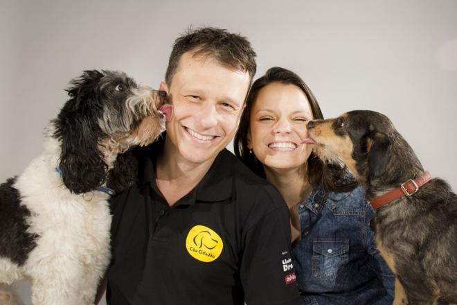 Alexandre Rossi com a esposa Cynthia Macarrão e seus cães Barthô e Estopinha.(Foto: Reprodução / Facebook)