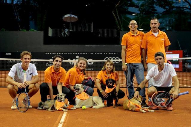 Os CãoDulas tiveram um bom entrosamento com os tenistas. Foto: Reprodução / Facebook / ABEAC)