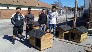 Alunos estão aprendendo noções de construção fazendo casas de cachorro. (Foto: Reprodução / Facebook Friends of Jacksonville Animals, Inc.)