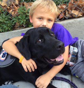 O cão acompanha o garoto a todos os lugares. (Foto: Reprodução / Dorrie Nuttall)